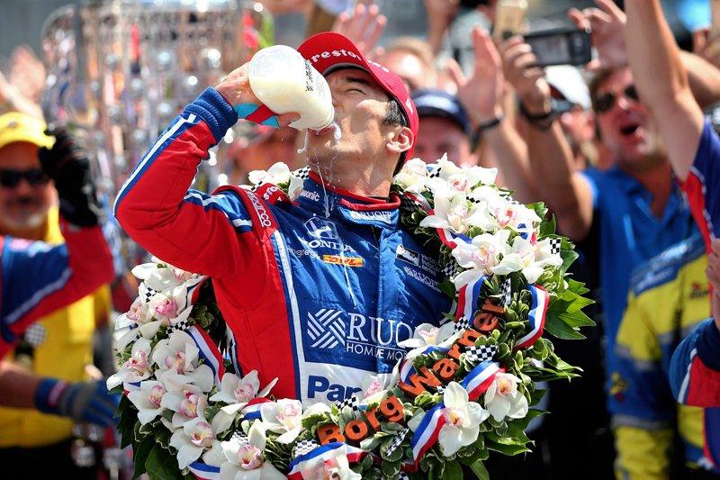 佐藤琢磨、日本人初。インディ500で優勝!