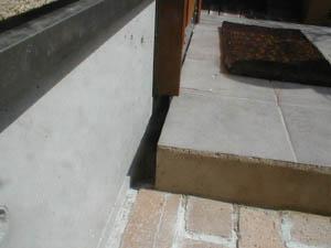 ポーチと建物との間に隙間を設け基礎外周を裸にする (ベタ基礎) これも上と同じで、ベタ基礎辺縁部からの動きがわかりやすく、ポーチ側からの動きもわかりやすい。
